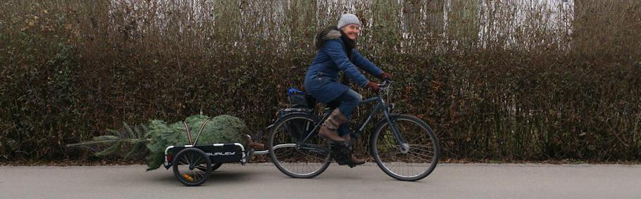 Miss Tiger mit dem Fahrrad unterwegs