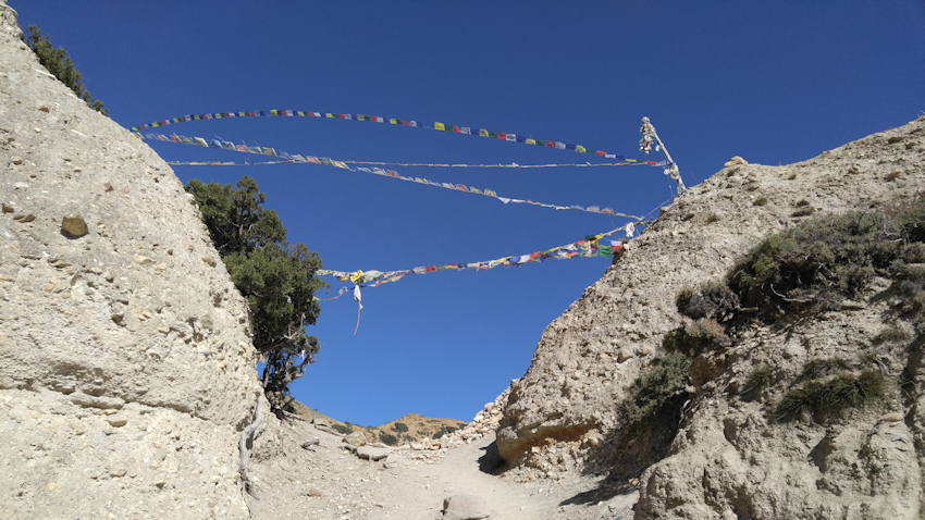 Trekking in Nepal: Felsentempel unter Geiern