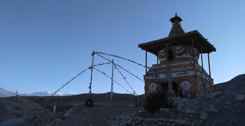 Trekking in Nepal: Manimauer vor geologischem Kunstwerk