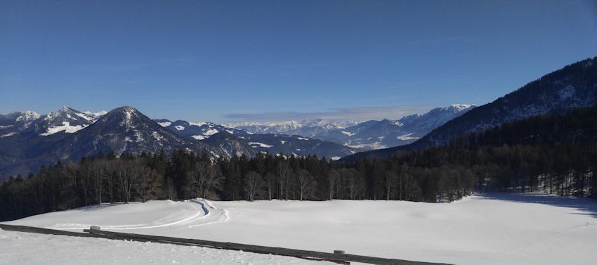 Winterwanderung mit Rodel: rasante Abfahrt von der Hohen Asten bei Flintsbach