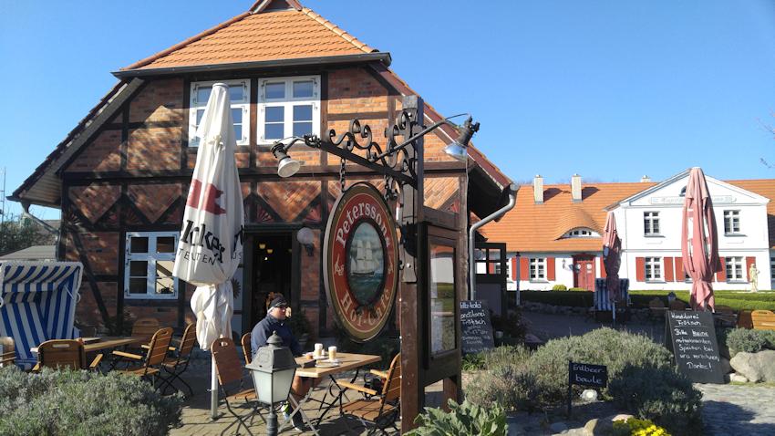 Ostseeküste Radweg: romantisches Reetdach Dorf Born