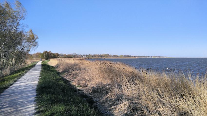 Ostseeküste Radweg: romantische Reetdach Dörfer am Bodden