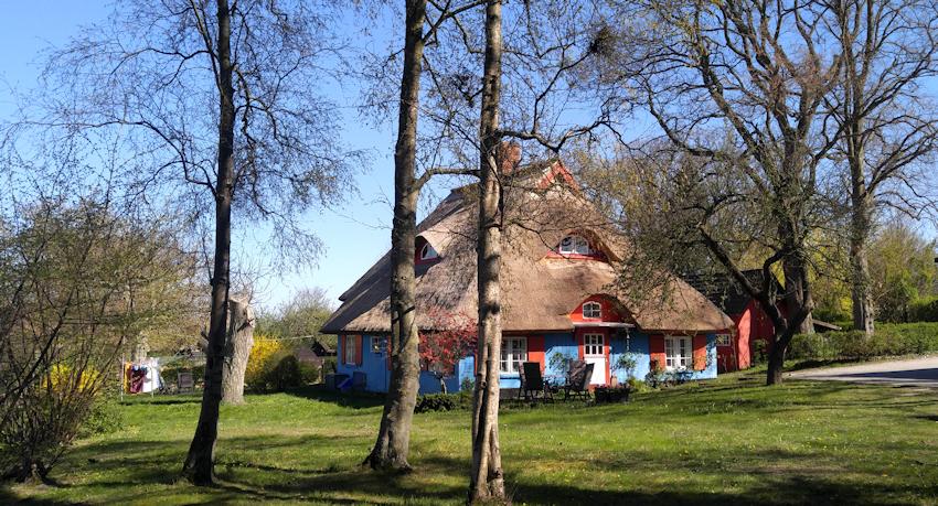 Ostseeküste Radweg: romantische Reetdach Dörfer in der Boddenlandschaft