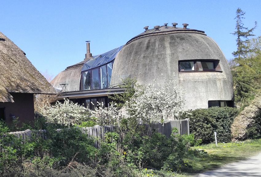 Ostseeküste Radweg: modernes Reetdach Haus