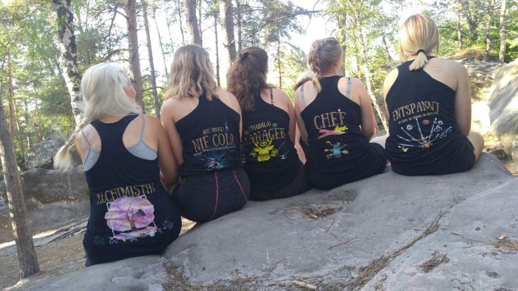 Miss Tiger mit der Adventure Crew in Fontainebleau beim Bouldern
