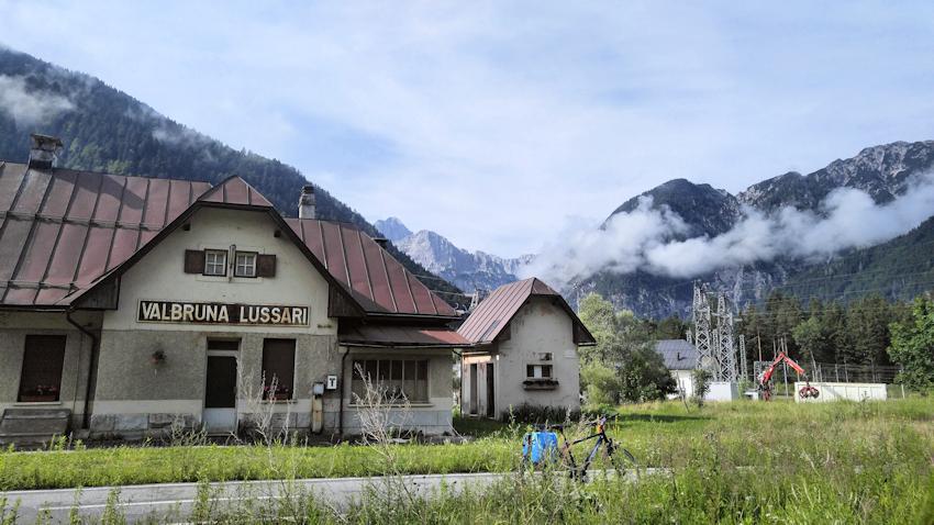 Alte Bahnhöfe, wie der von Valbruna säumen den Radweg