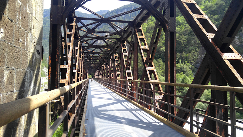 Mit dem Fahrrad über alte Eisenbahnbrücken