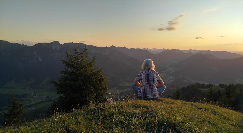 Sonnenuntergang mit wunderschönem Bergpanorama von der Kirchwand