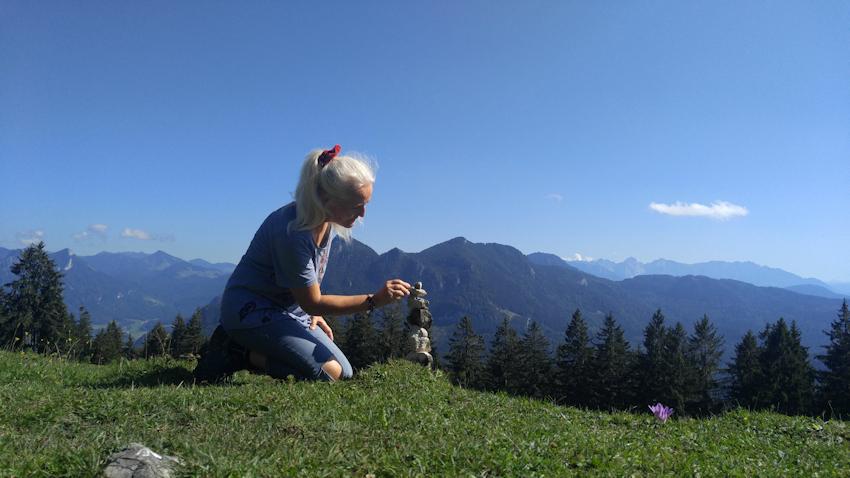Stonebalancing vor Alpenpanorama