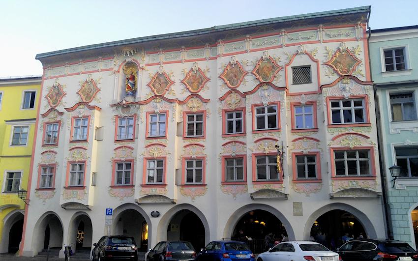 Kernhaus mit Rokokofassade in der Historischen Altstadt von Wasserburg