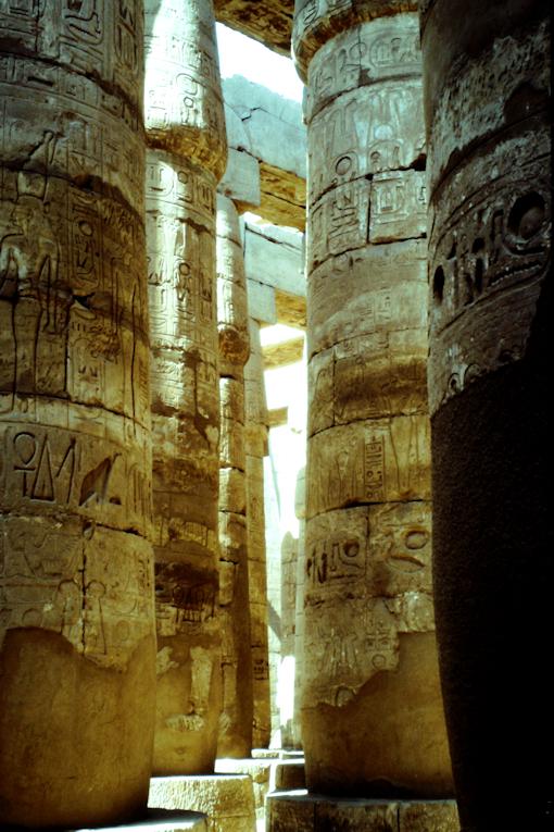 im Säulenwald von Karnak