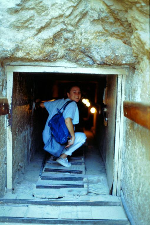 Die niedrige Rampe ins Innere der Pyramide