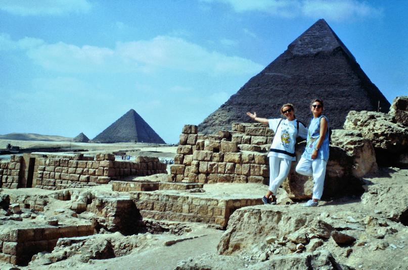 Chrissi und Miss Tiger vor den Pyramiden von Gizeh