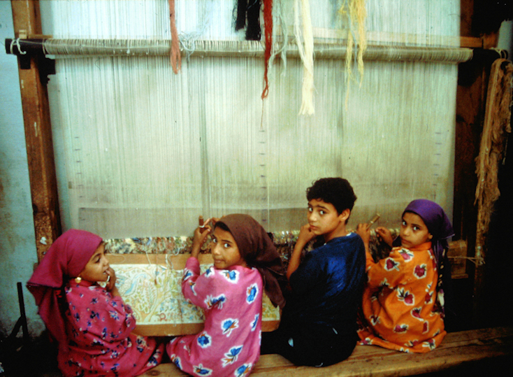 Kinder in einer Webschule in Ägypten