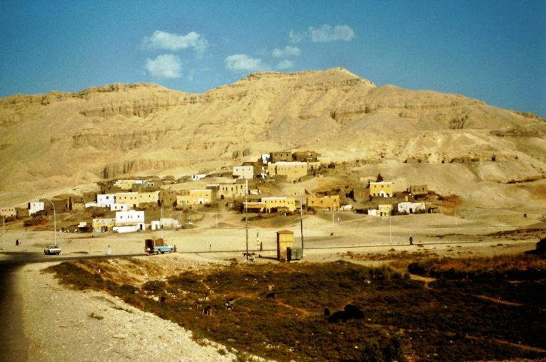 Dorf zu Füßen der Berge