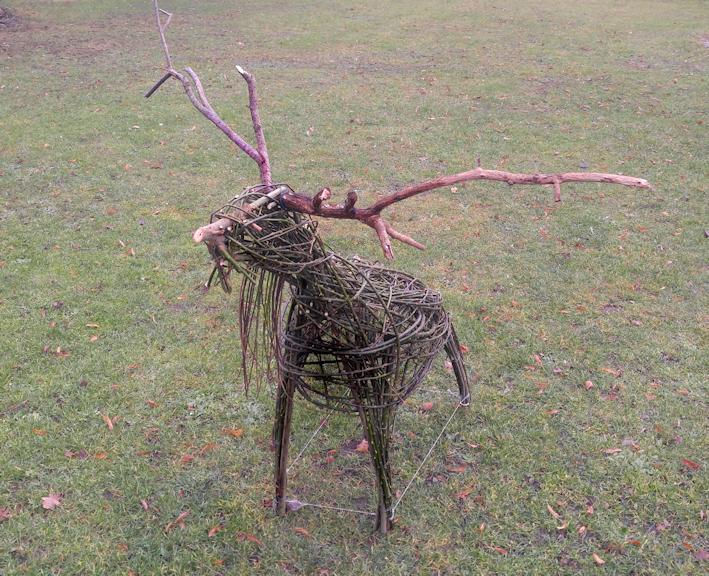Hirsch Figur aus Weidenruten Naturmaterial selber machen