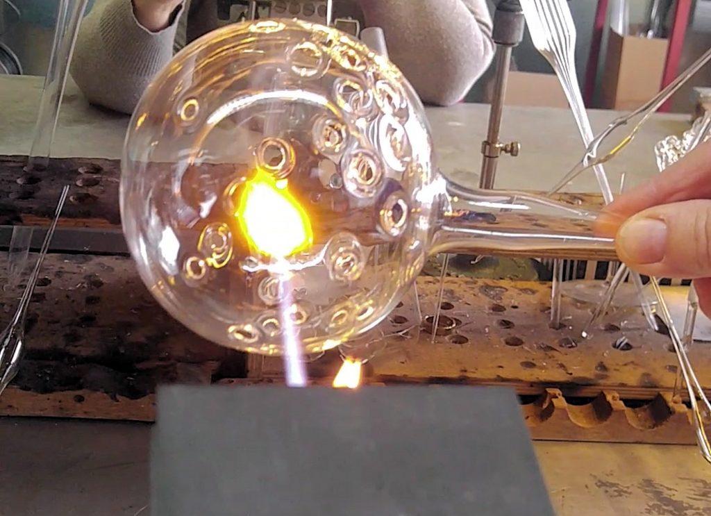 Löcher in Glas brennen