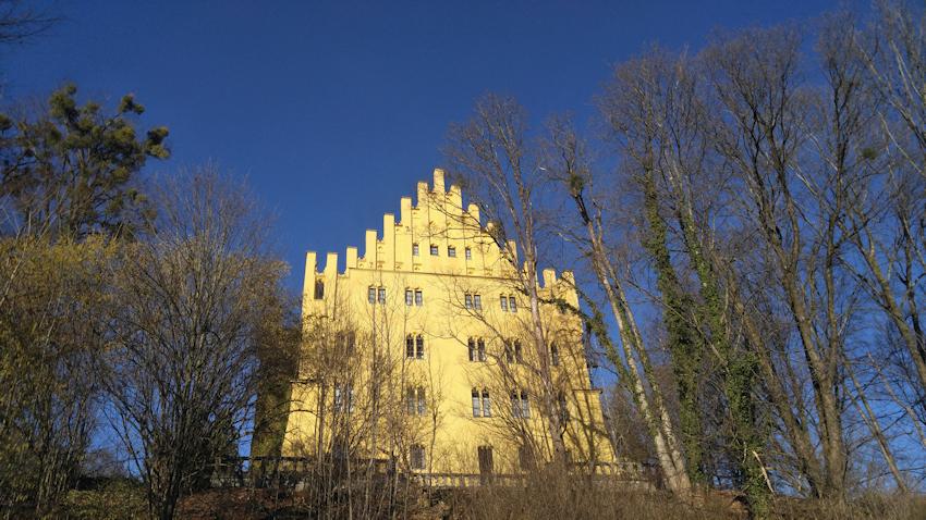 Beginn des Wanderweges bei Schloss Brannenburg