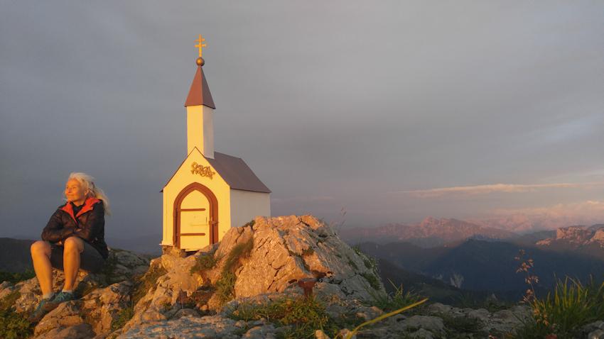 Abendrot am Gipfel des Hochgern mit der kleinen Minikapelle