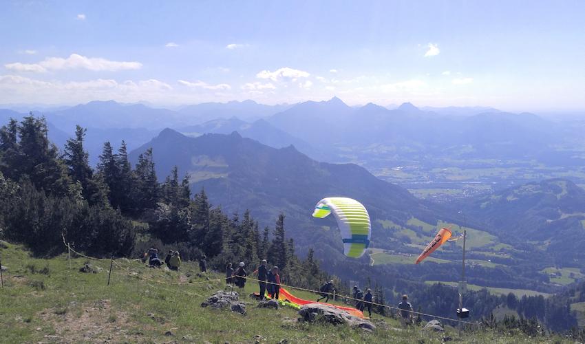 Aussicht auf Alpenpanorama und Startplatz der Paraglider am Gipfel der Hochries