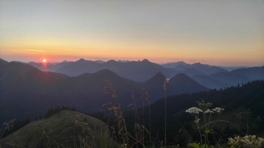 Sonnenaufgang beim Biwak am Berg